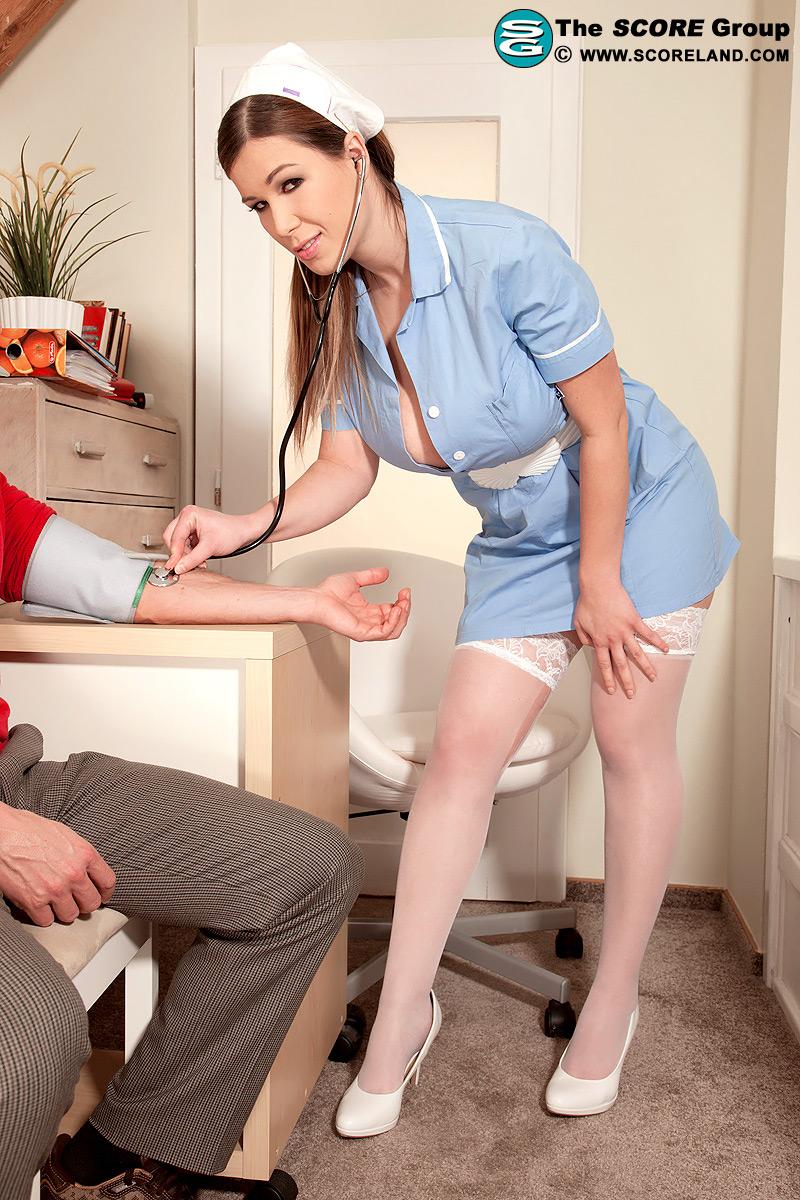 Медсестра сиськи ласкает себя
