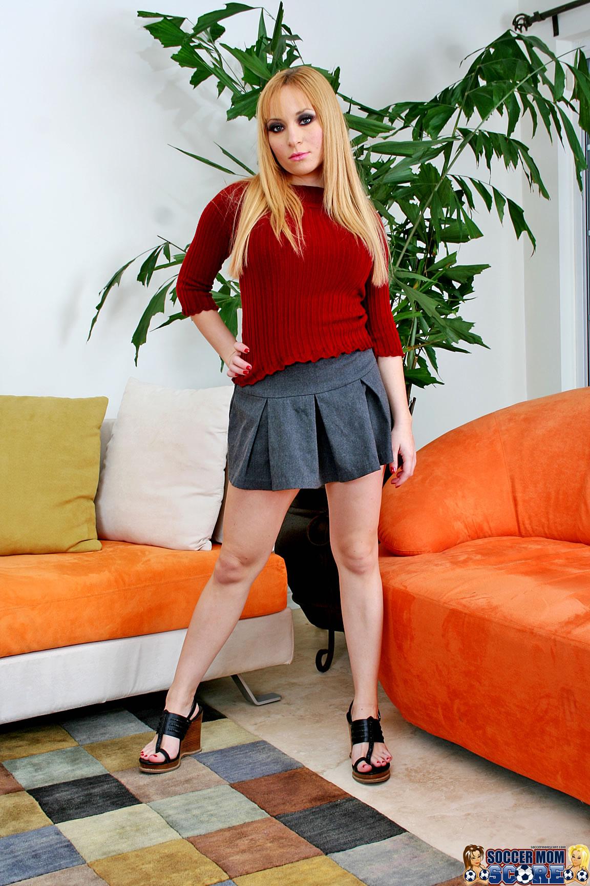 Молодая Красотка Показывает Стриптиз Порно И Секс Фото С Блондинками