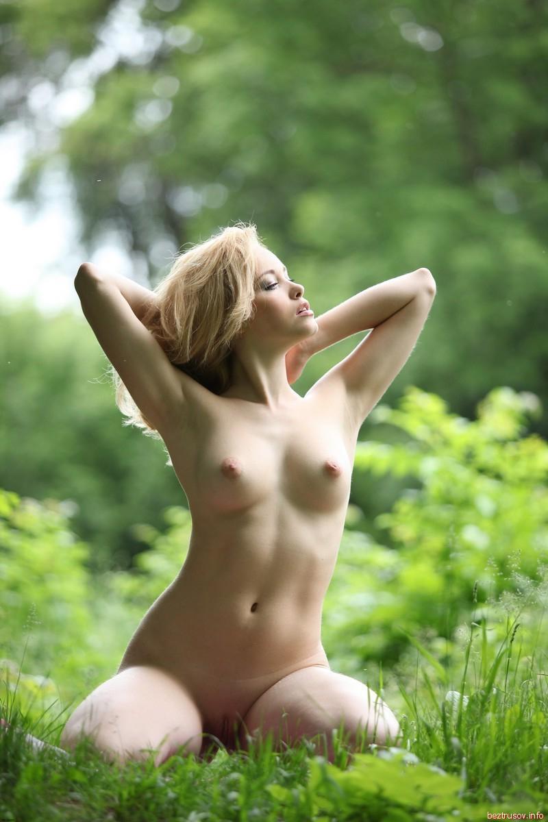 На природе сексуальная блондинка демонстрирует роскошное тело