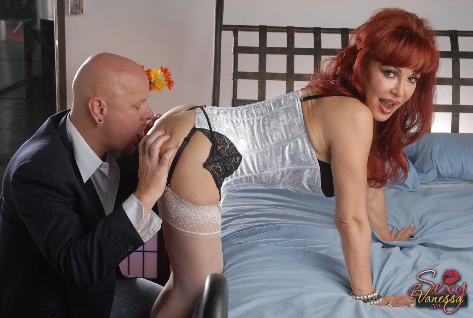 Зрелая рыжая актриса в корсете и чулках пустила хуй в киску