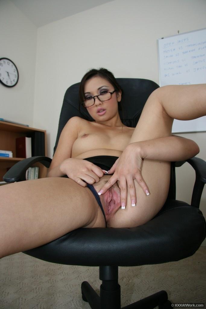 Секретарша азиатка сосет, мохнатые киски фото