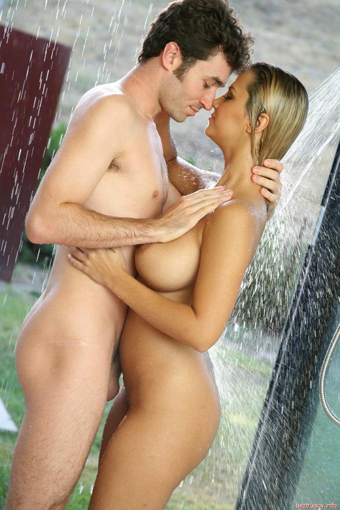 Порно в душе с грудастой молоденькой блондинкой
